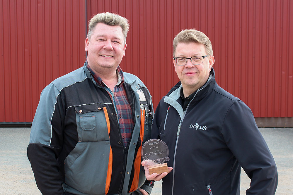 Tuotepäällikkö Timo Viikki ja toimitusjohtaja Kari Piltonen iloitsevat AGCO:n myöntämästä innovaatiopalkinnosta.